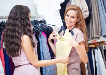 femei care cumpara din mall rochii elegante