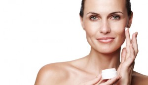 attractive-woman-applying-face-cream_article_new